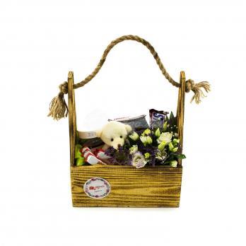 Коробочка цветов с игрушкой, шоколадом и маленькой мягкой игрушкой