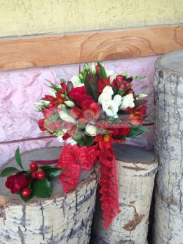 Букет из роз кения, гиперикума, альстромерии, эустомы