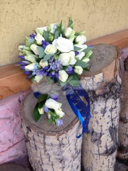 Букет из роз кения, твидии, агапантуса, розы кустовой, зустомы