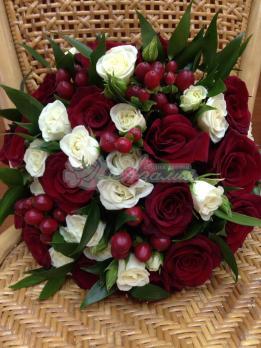 Букет из розы сорта фридом, розы кустовой, гиперикума