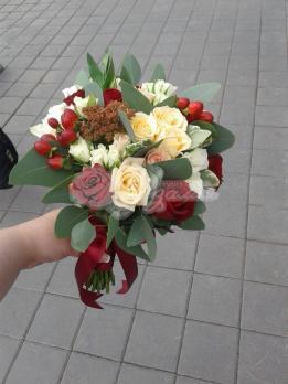 Букет из розы эквадор, розы кустовой, седума, гиперикума