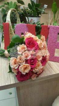 Букет из розы эквадор, розы кустовой, хедеры