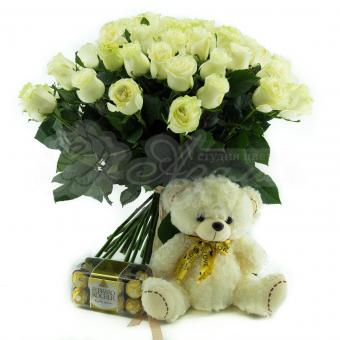 Букет из 45 белой Эквадорской розы с мягкой игрушкой и конфетами