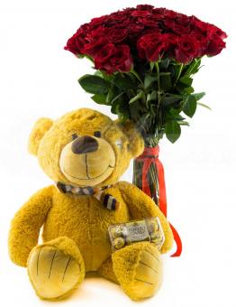 Букет из 51 Эквадорской розы с мягкой игрушкой и конфетами