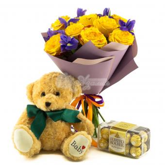 Букет из 11 желтых роз, 7 ирисов, медведя и конфет