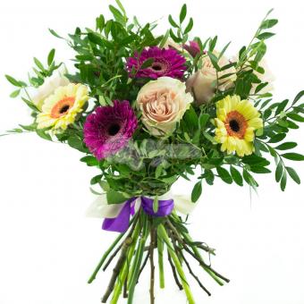 Букет из роз и гермини с зеленью